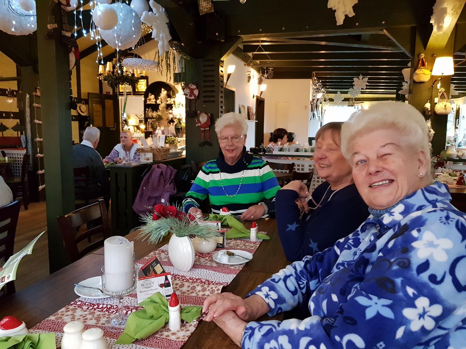 v. l. Fr. Harms mit Freundinnen, hinten H. Ramadan + K. Oster