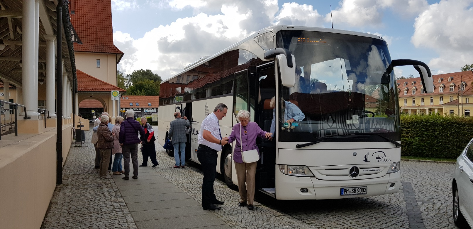 B1-Unser Reisebus vorn Irmgard Kattwinkel, mit 99 Jahren, die älteste Mitreisende